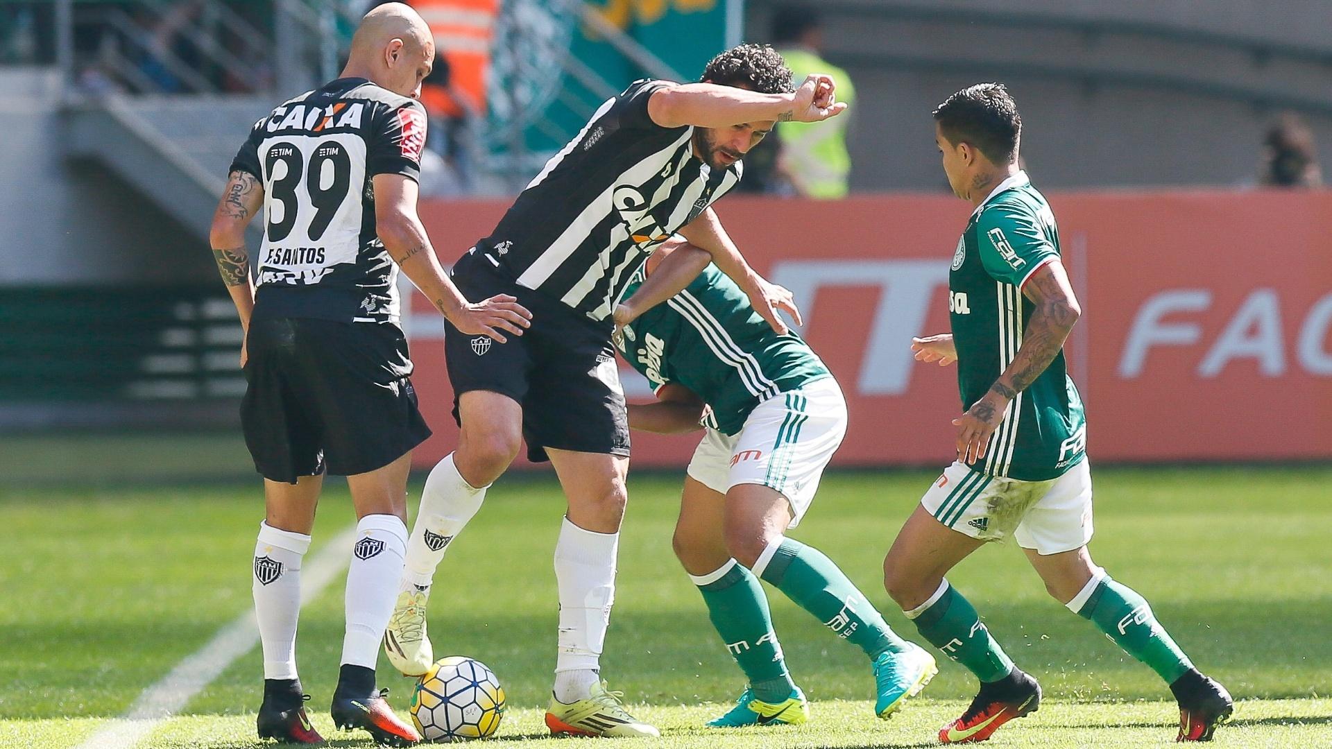 Fred disputa bola com atletas do Palmeiras