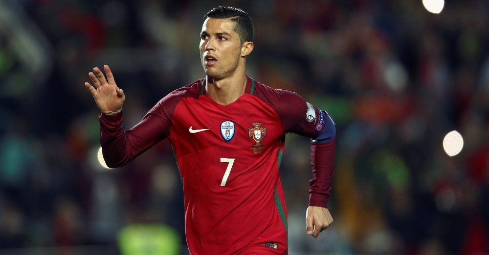 Cristiano Ronaldo comemora gol marcado sobre a Letônia