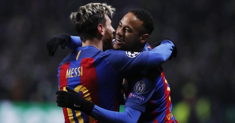 Messi e Neymar se abraçam após gol do Barcelona contra o Celtic na Liga dos Campeões