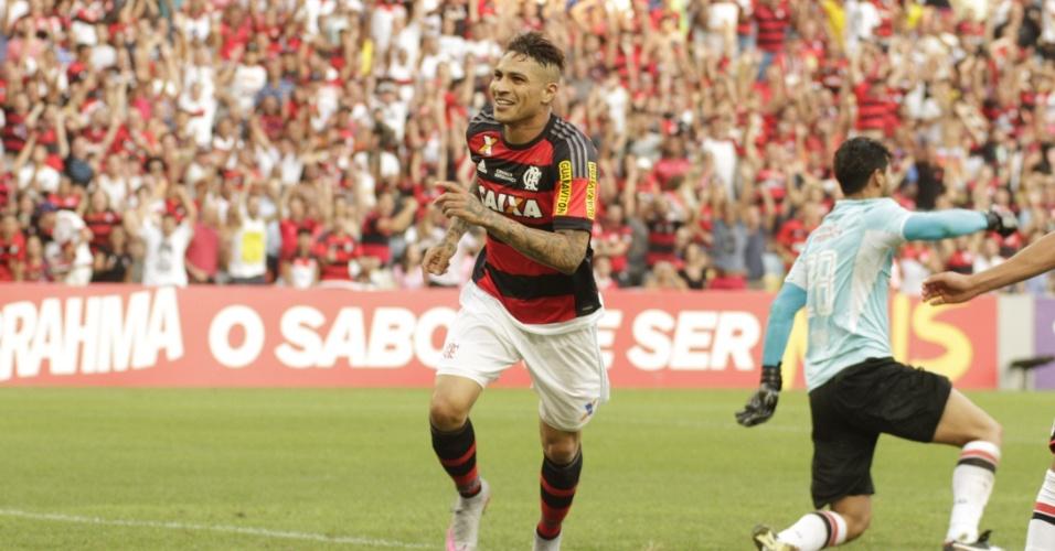 Paolo Guerrero corre para comemorar o gol marcado na vitória do Flamengo sobre o São Paulo