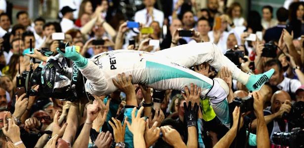 Nico Rosberg é carregado por integrantes da equipe após a conquista do título mundial