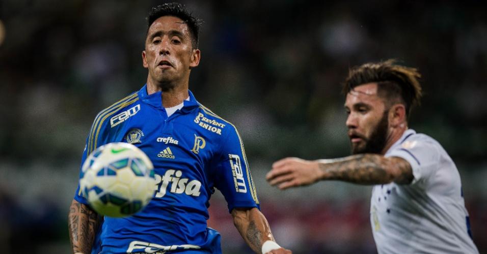 Lucas Barrios em ação contra o Cruzeiro