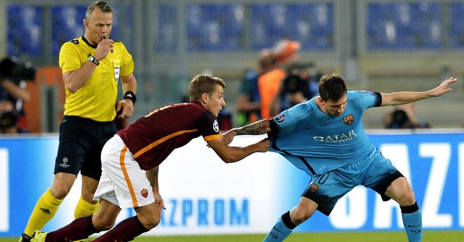 Lucas Digne puxa a camisa de Messi para tentar impedir jogada do argentino no confronto entre Barcelona e Roma pela Liga dos Campeões