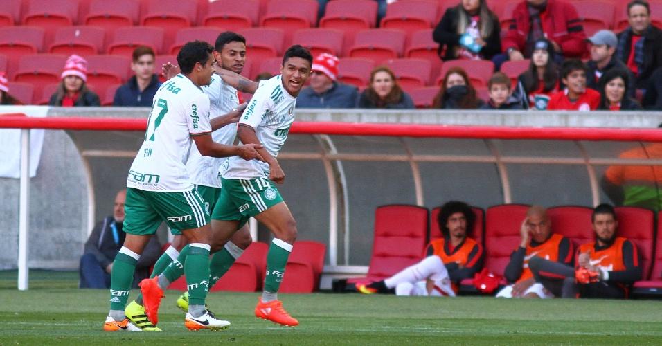 Jogadores do Palmeiras comemoram gol marcado contra o Internacional