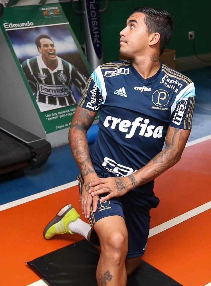 Dudu realiza treino físico na Academia de Futebol do Palmeiras, com foto de Edmundo ao fundo