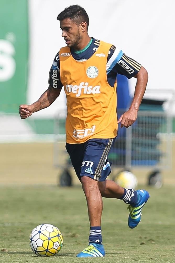 Cleiton Xavier em ação no treino do Palmeiras realizado na Academia de Futebol