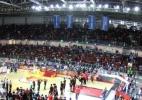 Arena olímpica tem final com iluminação pela metade, mas vê saldo positivo