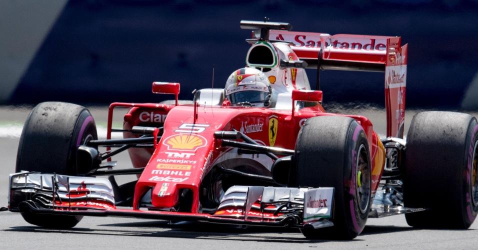 Sebastian Vettel conduz a Ferrari no circuito em Spielberg, na Áustria