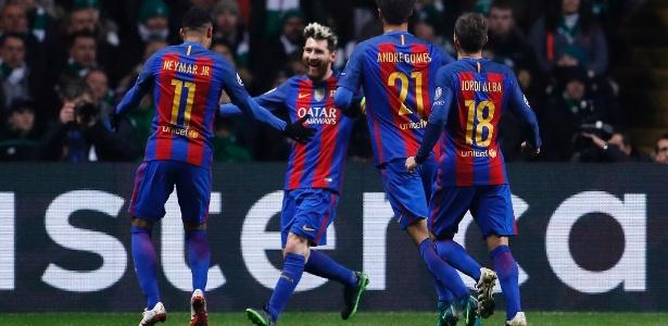 Jogadores do Barcelona comemoram com Messi, o artilheiro do jogo