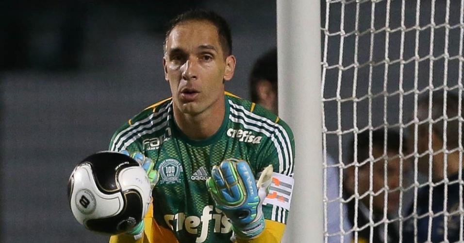 Fernando Prass em lance do duelo entre Palmeiras e São Bento, no Pacaembu