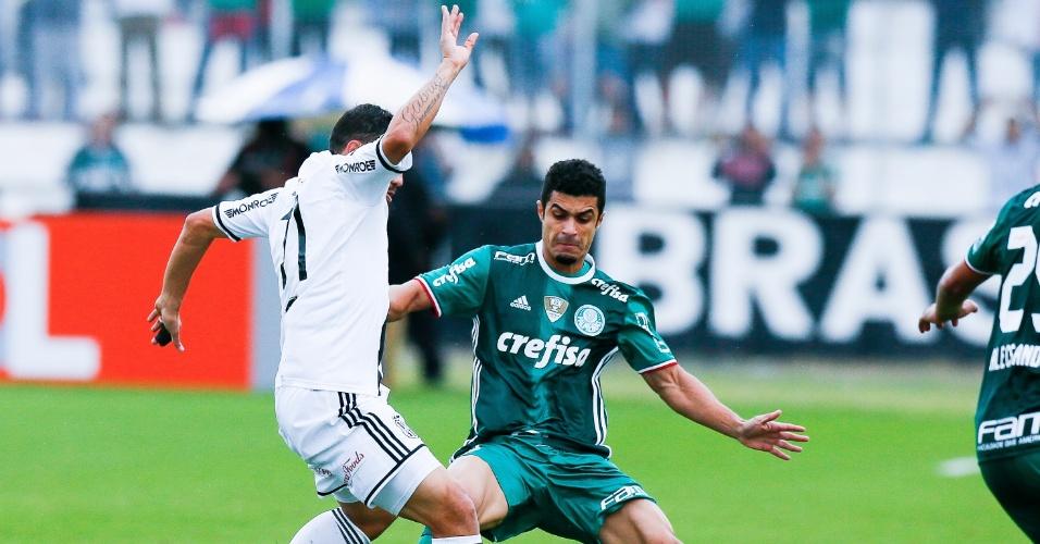 Egídio, do Palmeiras, tenta desarmar jogador da Ponte Preta