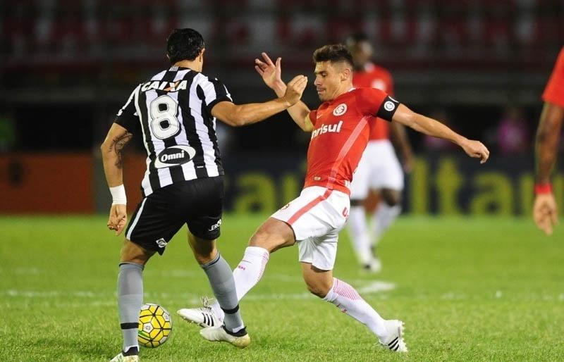 Alex disputa bola com Dudu Cearense, durante a partida entre Botafogo e Internacional