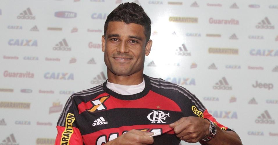 O meia Ederson exibe a camisa do Flamengo na apresentação ao clube carioca
