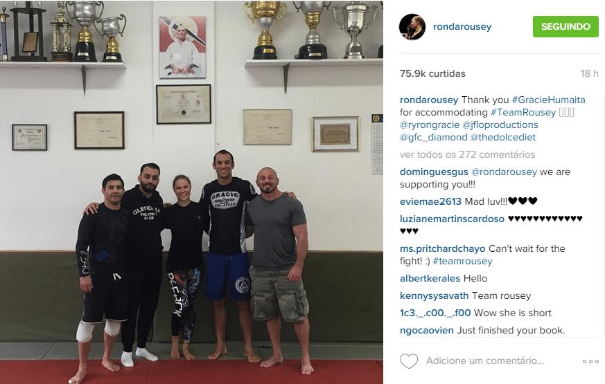 Ronda Rousey posa na academia Gracie Humaitá, no Rio, onde treinou para enfrentar Bethe Correia. Em cima, na parede, imagem de Helio Gracie