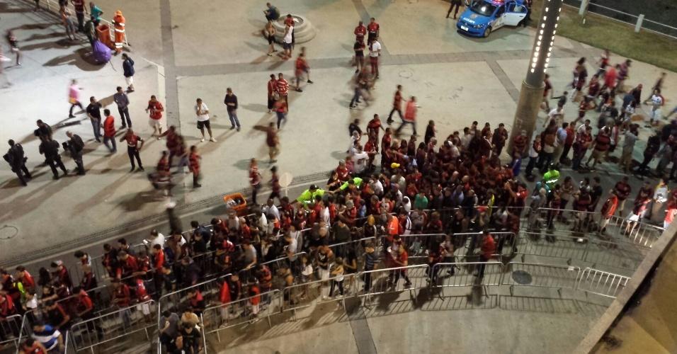 A fiscalização para coibir a fraude da meia-entrada formou longas filas no Maracanã