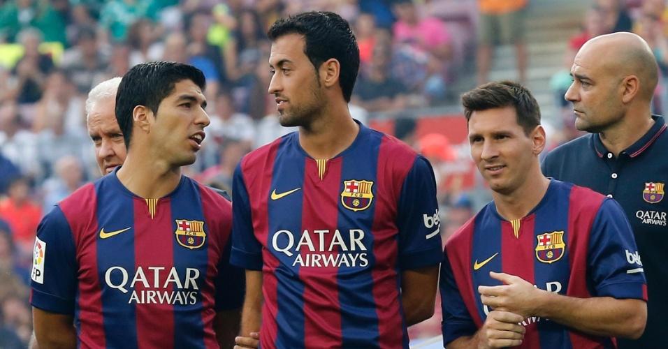 Busquets ao lado de Suarez e Messi antes de partida do Barcelona