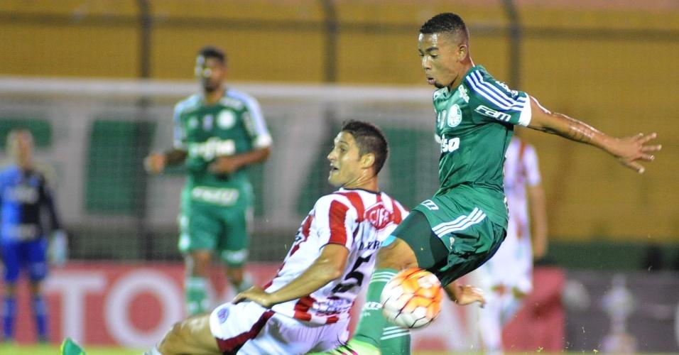 Gabriel Jesus disputa bola na partida do Palmeiras contra o River Plate-URU, na Libertadores