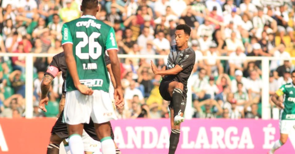 Dodô arrisca o chute durante a partida entre Palmeiras e Figueirense