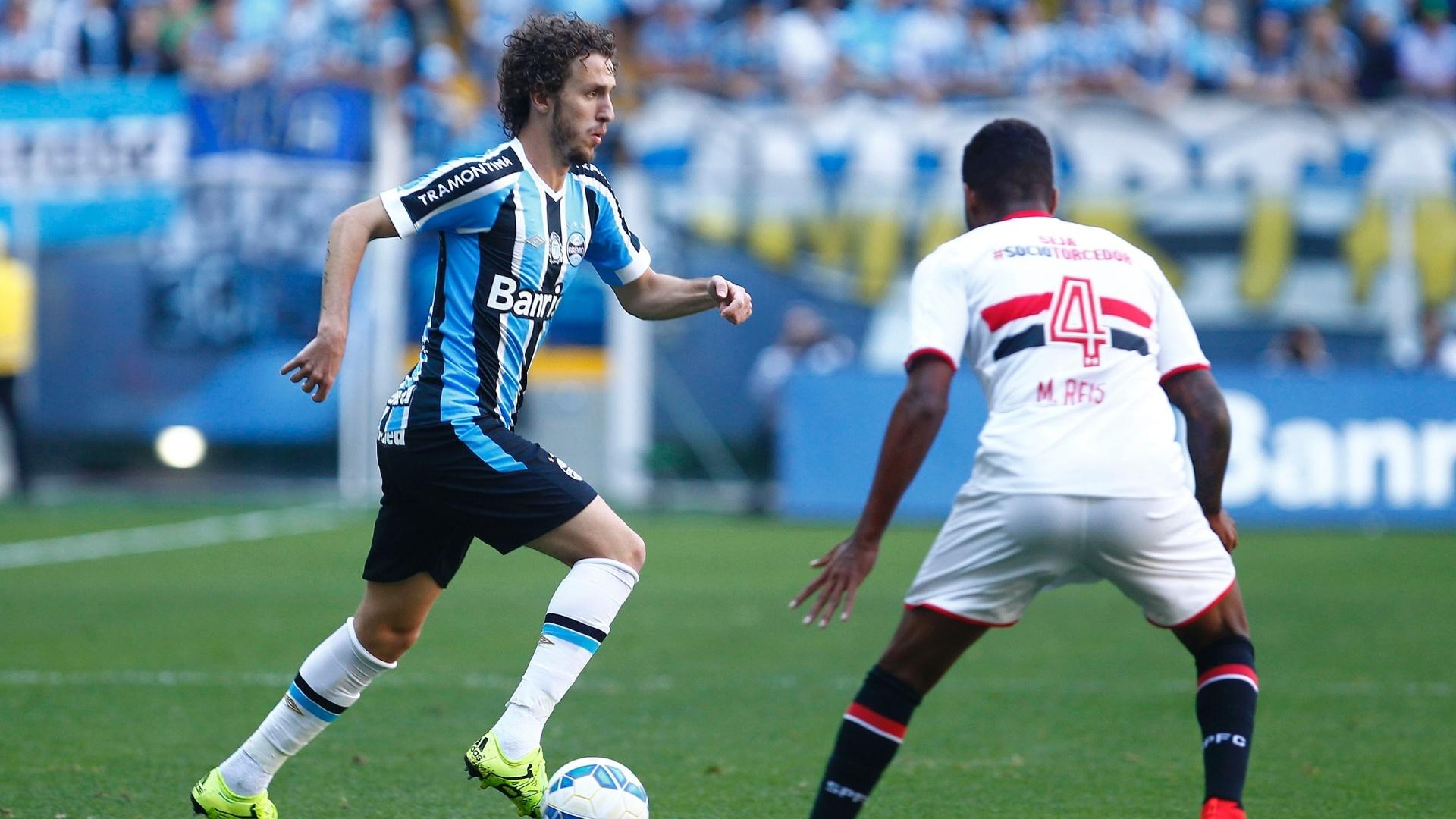 Rafael Galhardo conduz a bola durante a partida entre Grêmio e São Paulo