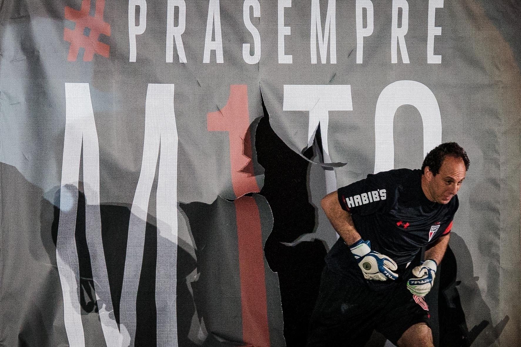 Rogério Ceni entra em campo, no seu jogo de despedida, no Morumbi, nesta sexta-feira (11)