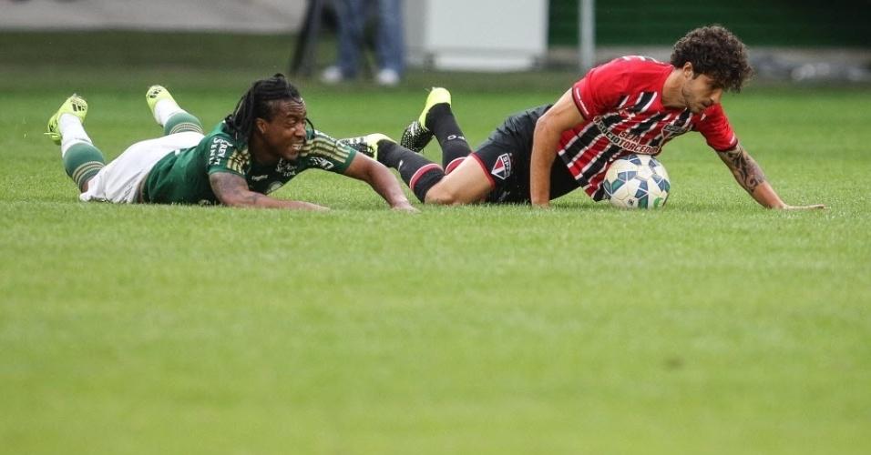Arouca e Hudson caem no gramado após disputa de bola no Allianz Parque (28/06)
