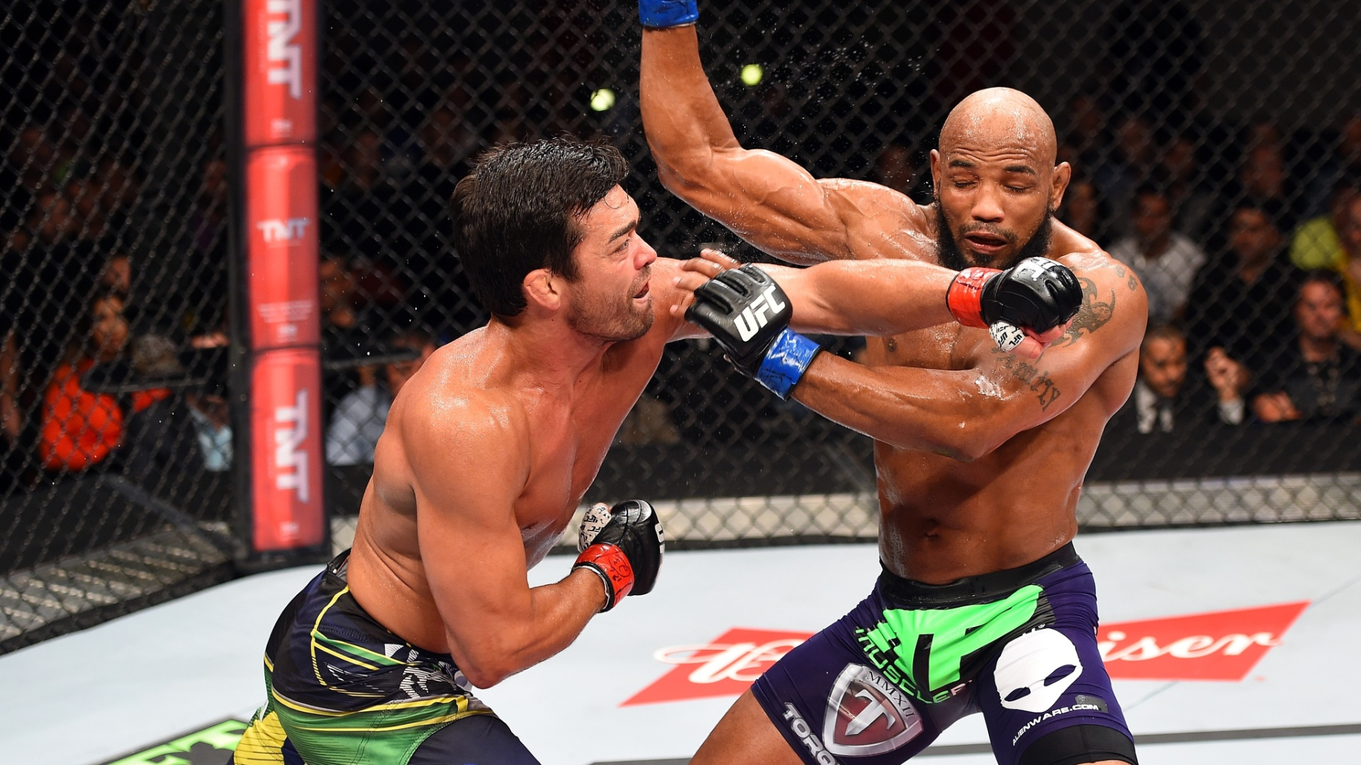 Lyoto Machida acerta Yoel Romero durante a derrota do brasileiro por nocaute no terceiro round