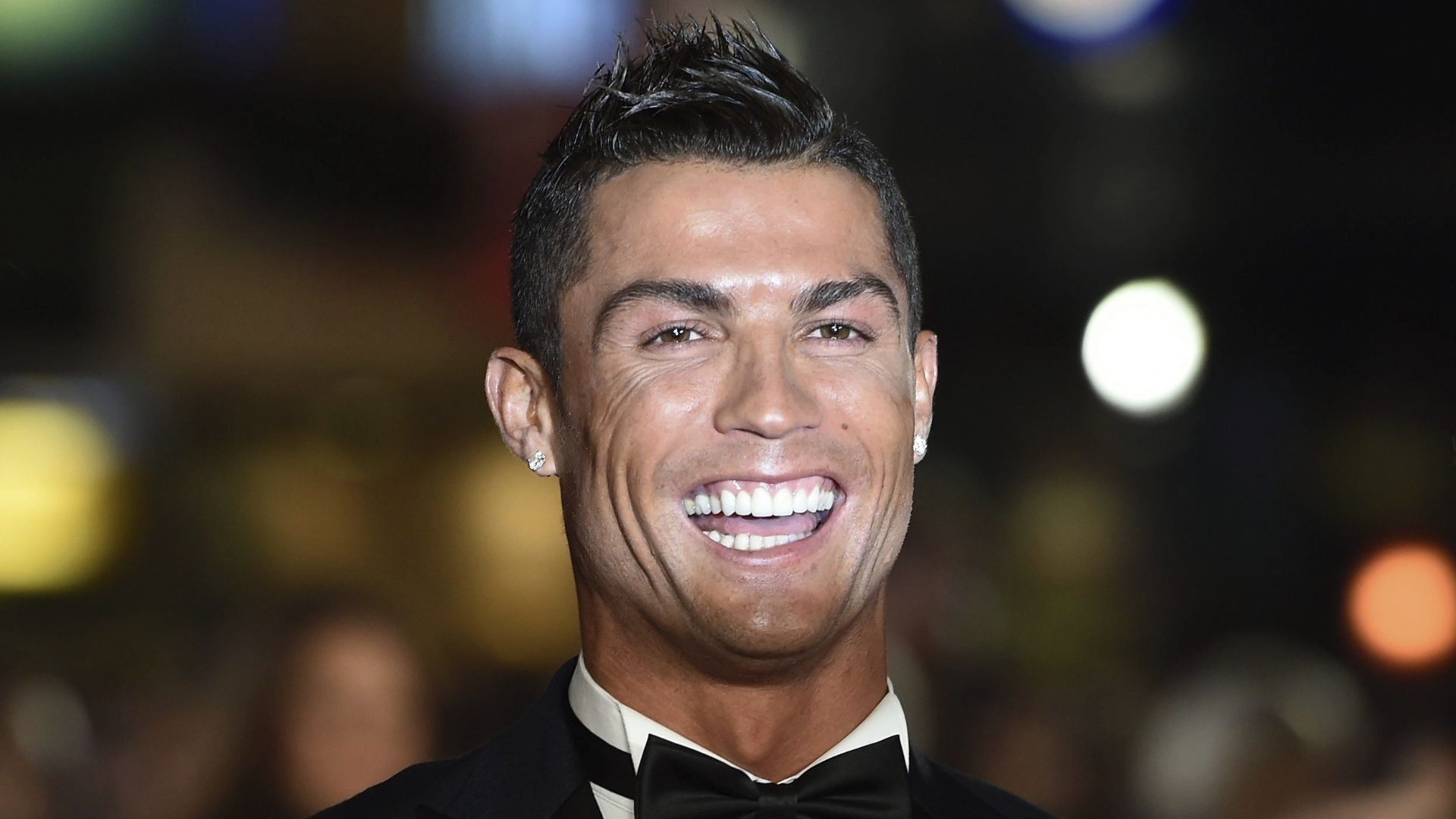 Cristiano Ronaldo foi só sorrisos no lançamento de seu filme biográfico, nesta segunda-feira (09), em Londres