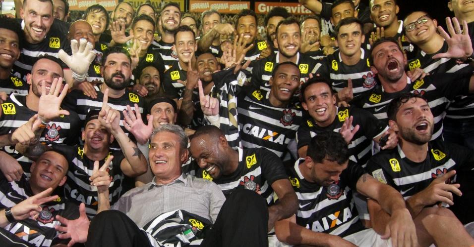 Jogadores do Corinthians posam ao lado de Tite após garantir o título do Campeonato Brasileiro