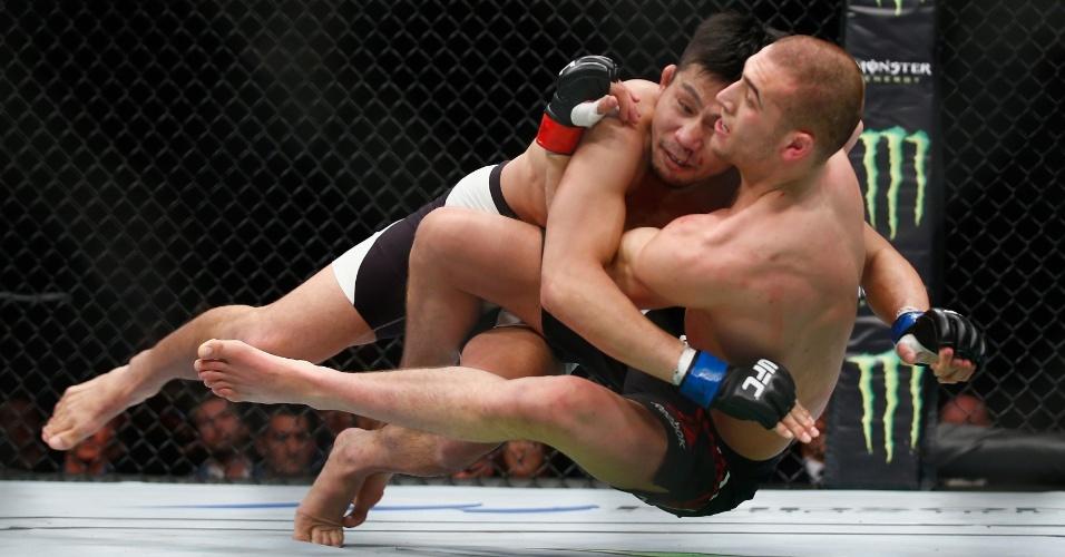 Tom Breese (dir.) puxa Keita Nakamura em direção ao solo, em luta neste sábado (27), no UFC em Londres