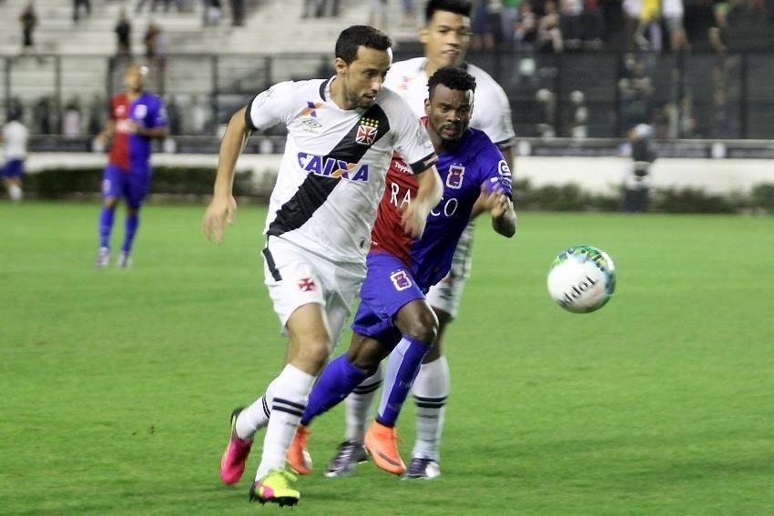 Nenê, do Vasco, tenta escapar da marcação dos jogadores do Paraná Clube