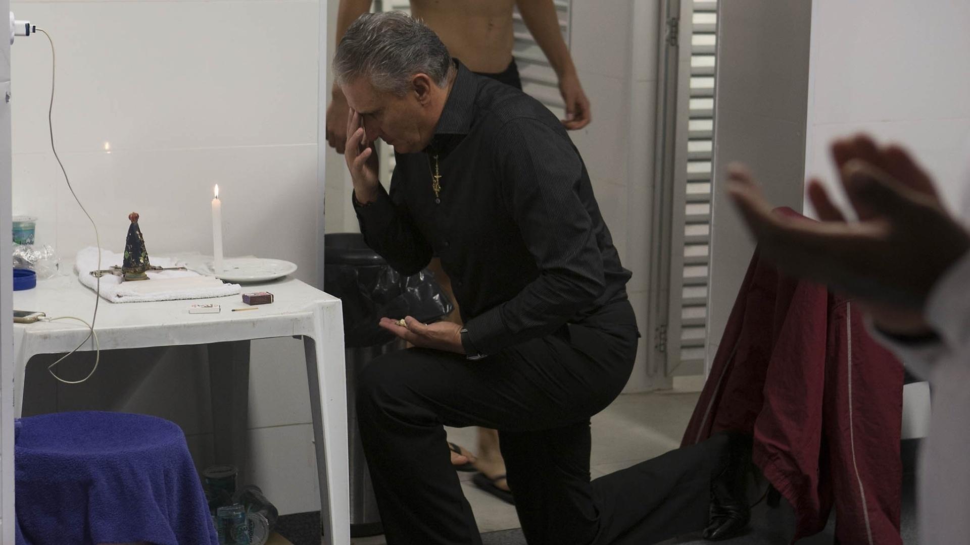 Tite, de joelhos, faz oração antes do clássico entre Santos x Corinthians