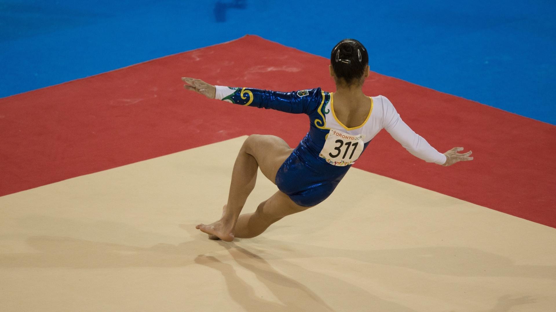 Flavia Saraiva cai durante apresentação no solo. Brasileira terminou na sexta colocação