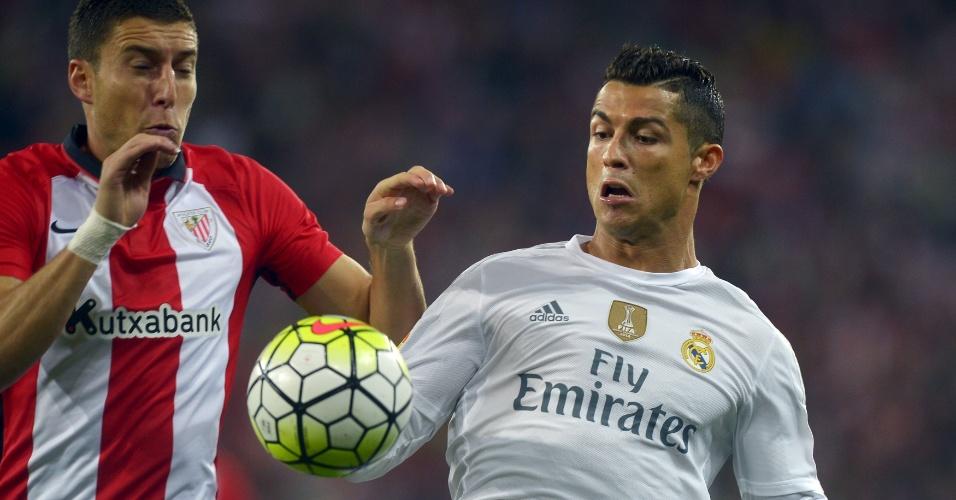 Cristiano Ronaldo disputa a bola durante confronto entre Real Madrid e Atlético de Bilbao