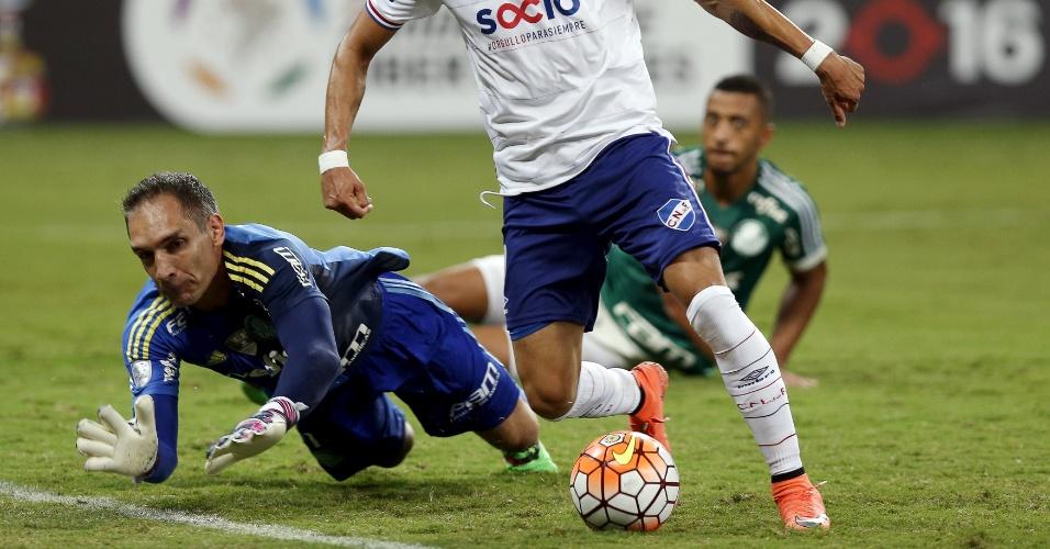 Fernando Prass fica no chão ao tentar evitar o gol de Nicolas Lopez, pelo Nacional-URU
