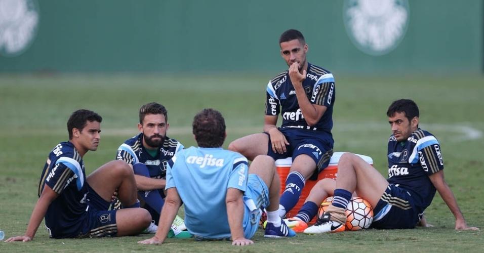 Jogadores do Palmeiras se reúnem com o auxiliar Cuquinha