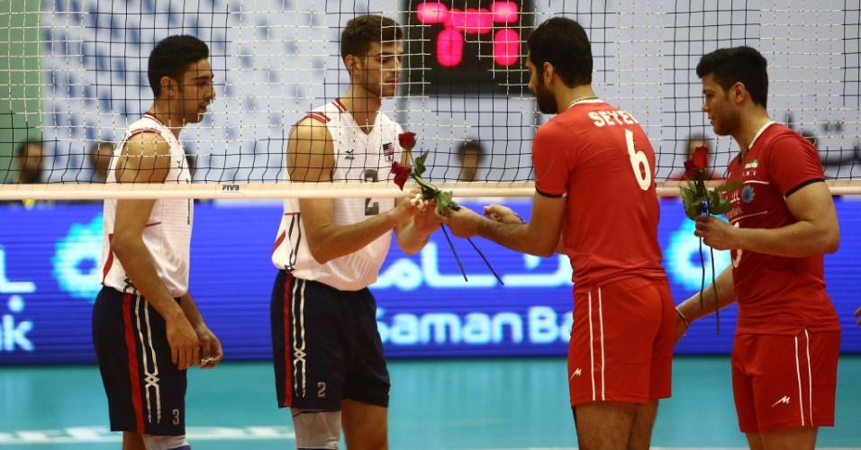 Iranianos entregam flores para jogadores americanos