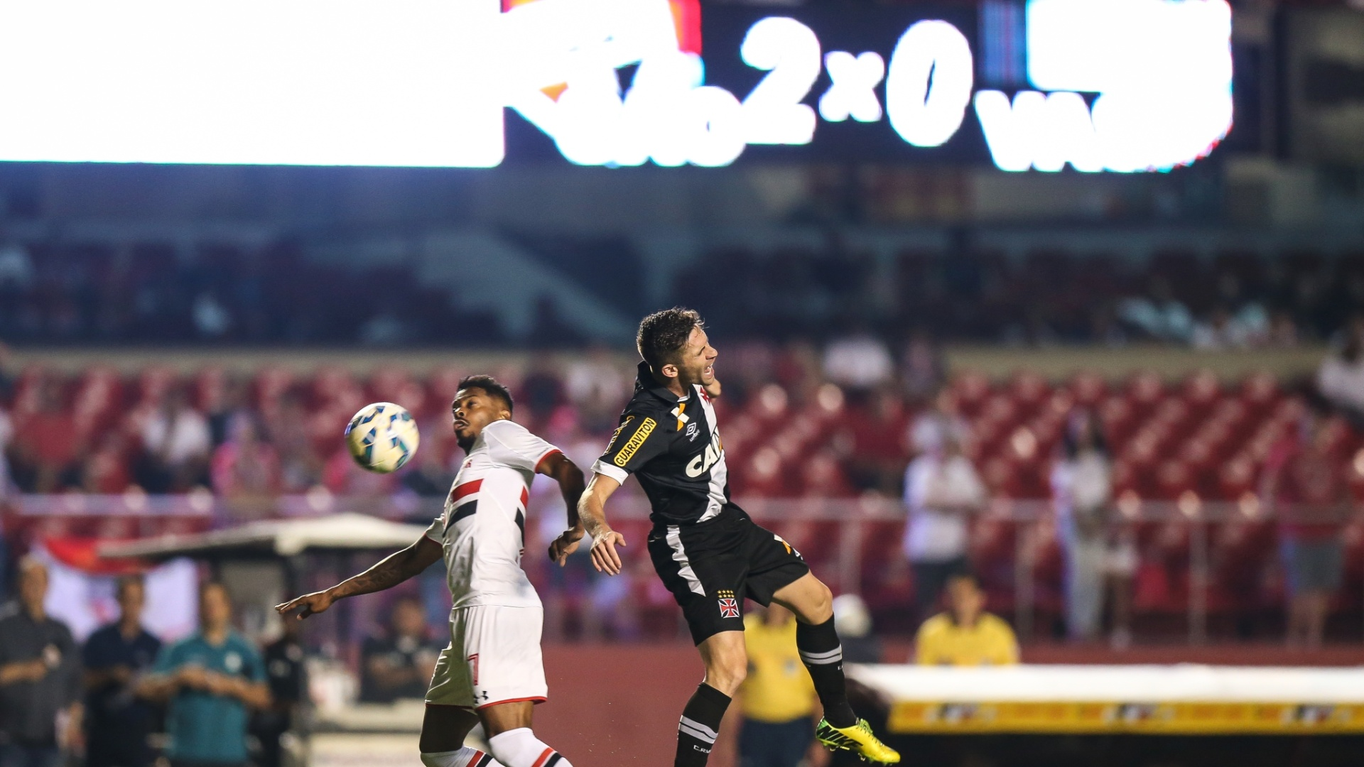 Michel Bastos fica com a bola em dividida com atleta do Vasco em confronto válido pela Copa do Brasil