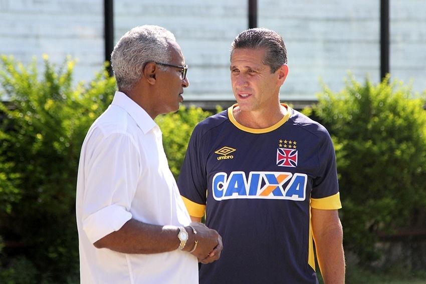 Isaías Tinoco e Jorginho conversam durante treino do Vasco em São Januário
