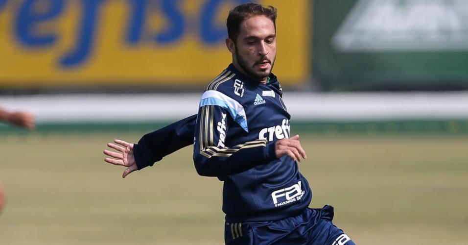 Régis disputa a bola com o goleiro Vagner em treino do Palmeiras na Academia de Futebol