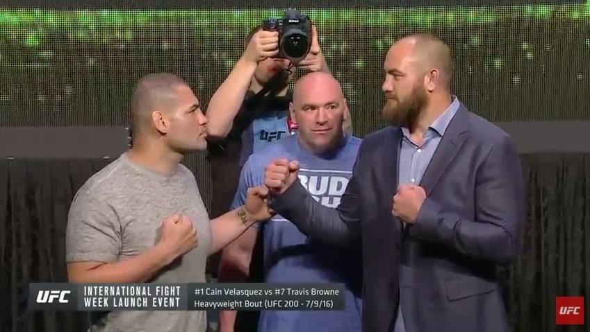 Cain Velasquez faz encarada com Travis Browne, seu próximo adversário, em evento internacional do UFC
