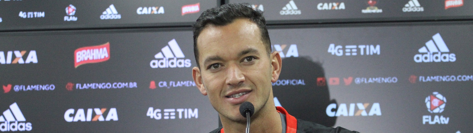 Réver concede entrevista coletiva após assinar contrato por um ano com o Flamengo