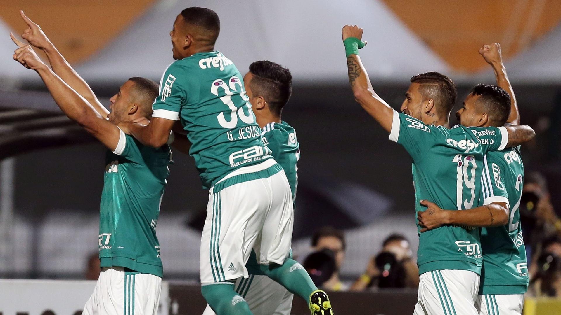 Vitor Hugo comemora com jogadores do Palmeiras após abrir o placar contra o Grêmio