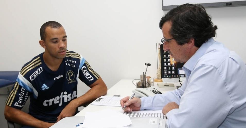 Roger Carvalho é atendido pelo departamento médico do Palmeiras