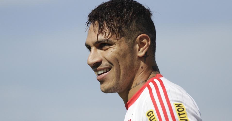 Guerrero sorri em primeiro treinamento pelo Flamengo; atacante trabalhou no time titular de Cristóvão Borges