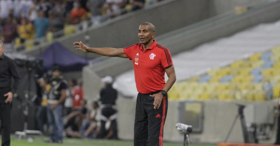 Cristóvão Borges orienta o time do Flamengo na derrota para o Corinthians no Maracanã