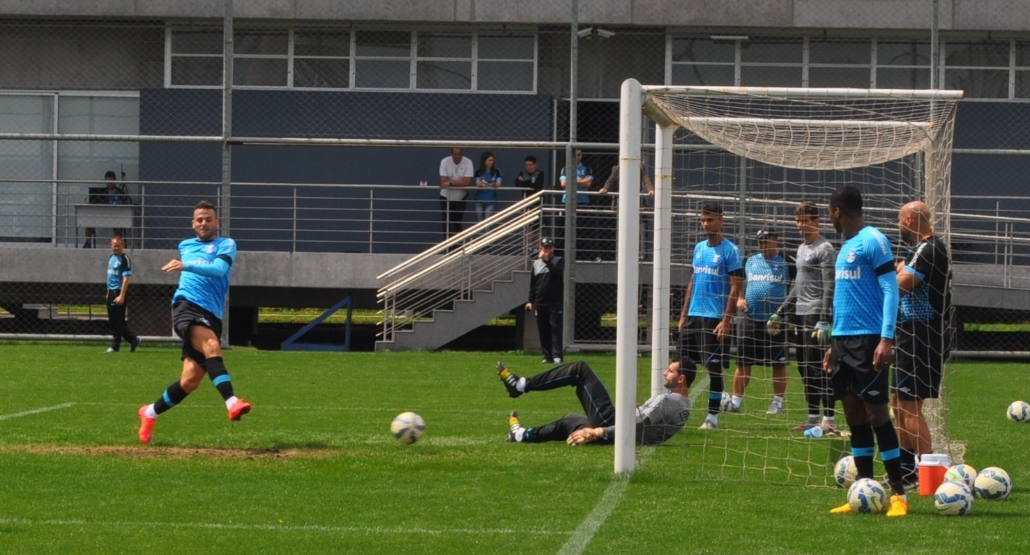 Roger Machado pode escalar Bobô no duelo com o Fluminense