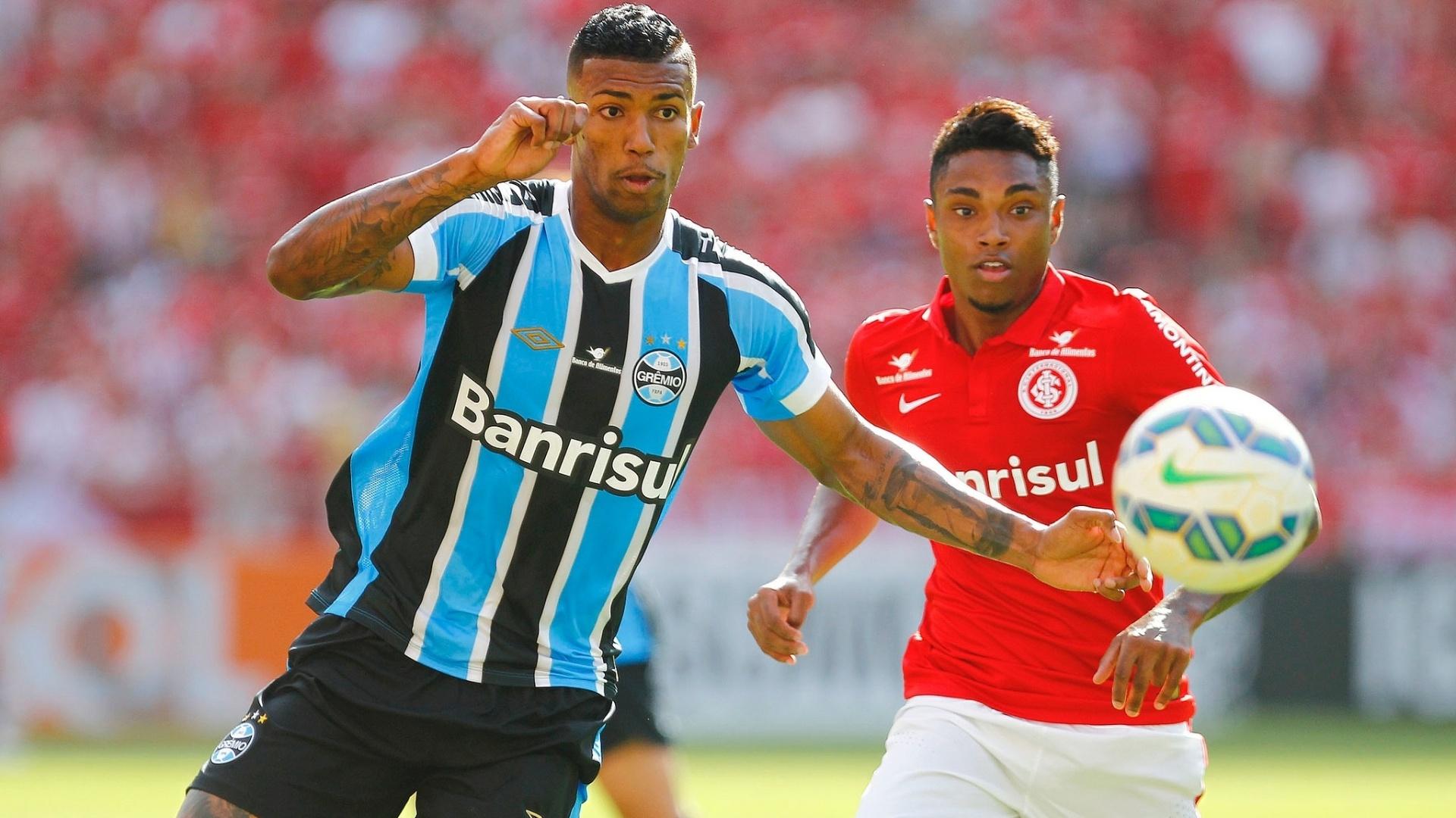 Wallace tenta dominar bola para o Grêmio contra o Internacional no Campeonato Brasileiro
