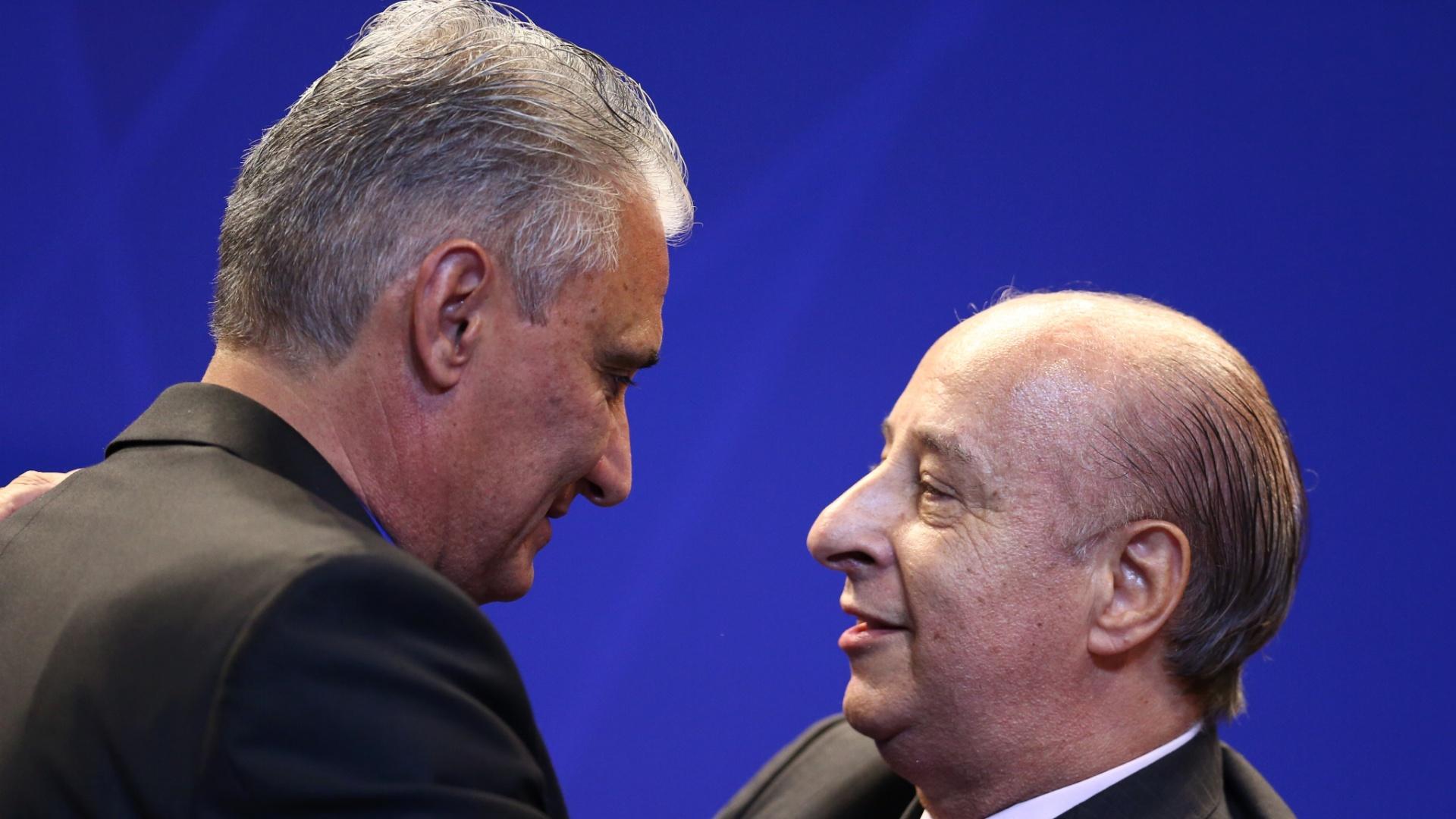 Tite e Del Nero se abraçam antes de novo técnico se apresentar como comandante da seleção