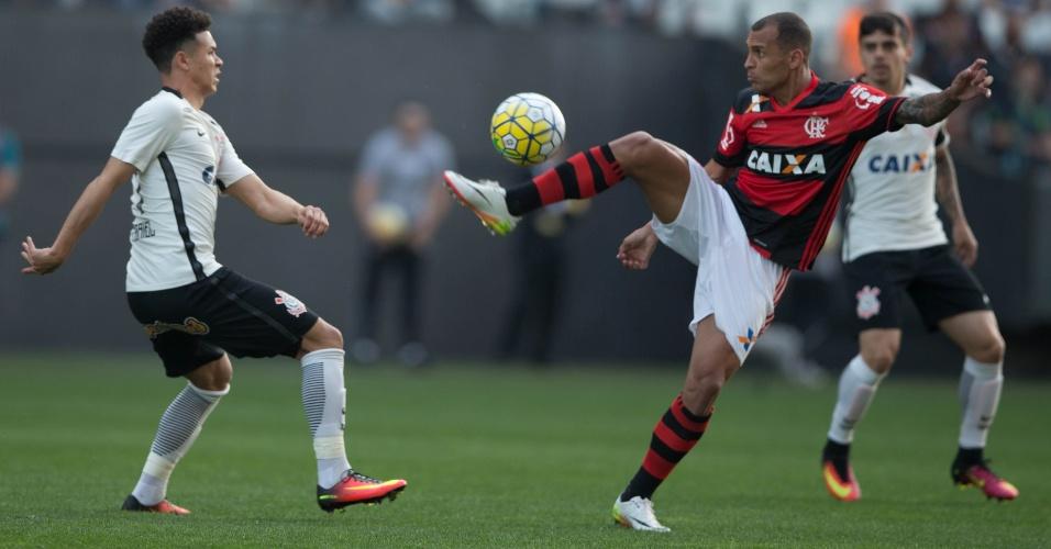 Alan Patrick tenta dominar a bola acompanhado de perto pela marcação de Marquinhos Gabriel na partida entre Corinthians e Flamengo