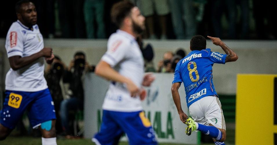 Cleiton Xavier corre para comemorar com a torcida após abrir o placar para o Palmeiras